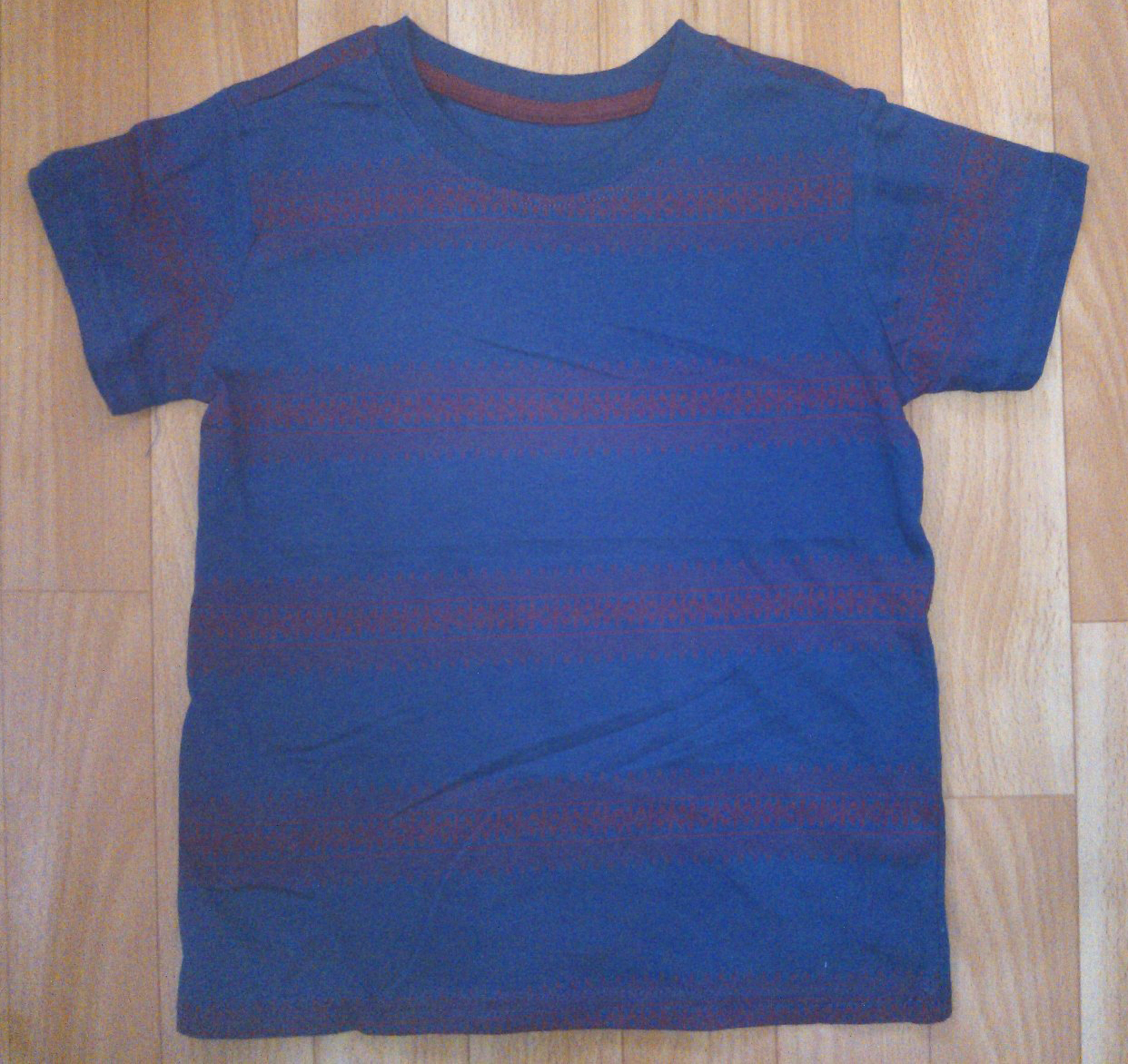 Boys Tops and T-Shirts Size 4 and Up. Boys' tops and T-shirts in size 4 and up include a variety of sleeve styles and fabric types that can be suited to active and dress-up occasions. Boys' tops and T-shirts are also available in a wide range of colors, designs, and prints. What are some types of tops and tees for boys? T-shirts: T-shirts for kids are typically loose-fitting tops.
